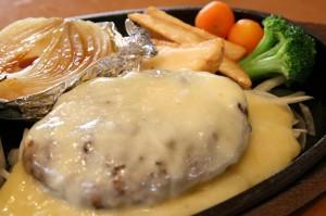 チーズ焼きハンバーグとトマトソース